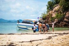Krabi Thailand Oktober 2010 De toeristen schepen op boten op strand in Stock Foto's