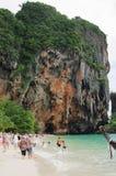 KRABI, THAILAND - OKTOBER 27, 2013: Het strand van Phranang van Railay-schiereiland Stock Foto's