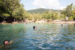 KRABI, THAILAND - 26. OKTOBER: Nicht identifiziertes Touristenspiel in emer lizenzfreie stockbilder