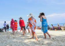 KRABI, THAILAND - Oktober 14: Toerist op het strand van Krabi pro Royalty-vrije Stock Foto's