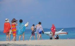 KRABI, THAILAND - Oktober 14: Toerist op het strand van Krabi pro Stock Afbeeldingen