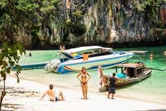 Krabi Thailand Oktober 2010 Touristen, die auf dem Strand surro stillstehen Stockbild