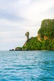 Krabistrand en bergboot op het mooie strand, Thailand Stock Afbeelding