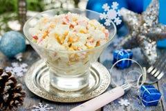 Krabsalade met de rijst van het graanei op feestelijke verfraaide lijst voor chr Royalty-vrije Stock Fotografie