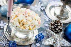 Krabsalade met de rijst van het graanei op feestelijke verfraaide lijst voor chr Stock Foto