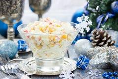 Krabsalade met de rijst van het graanei op feestelijke verfraaide lijst voor chr Stock Afbeeldingen
