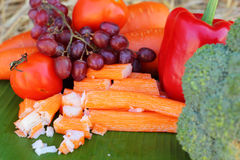 Krabstokken met vruchten en groenten Stock Foto's