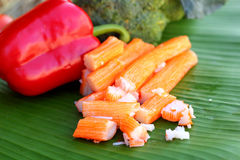 Krabstokken met vruchten en groenten Stock Afbeelding