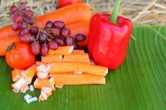 Krabstokken met vruchten en groenten Stock Afbeeldingen