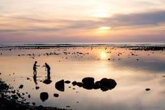 Krabvangers en de kleurrijke mooie zonsondergang in Phuket Thail Stock Foto