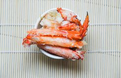 Krabvlees in een kop op houten backgrond hoogste mening - rode krab Hokkaido royalty-vrije stock afbeelding