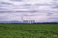 Krachtcentrale, met kolen gestookte krachtcentrale met koeltorens die stoom vrijgeven van atmosfeer Elektrische centrale tegen de stock fotografie