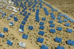 Krachtcentrale op zonnebatterijen Een alternatieve energiebron is zonnepanelen stock foto's