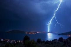 Krachtige bliksem en flitsen over Adriatische Overzees in Kroatië Europa stock afbeeldingen