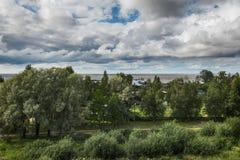 Krachtige cumuluswolken die over de stad hangen royalty-vrije stock afbeeldingen