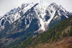Krachtige die berg gedeeltelijk met sneeuw wordt behandeld royalty-vrije stock afbeeldingen