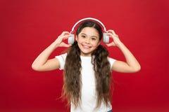 Krachtige effect muziektieners hun emoties, waarneming van wereld Het meisje luistert muziekhoofdtelefoons op rode achtergrond stock afbeelding
