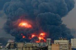 Krachtige explosie met heldere flitsen en zwarte rook in de stad stock fotografie