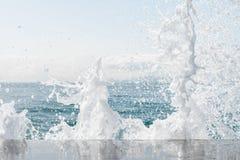 Krachtige golven die van het overzees die, tegen de rotsachtige kust breken schuimen geweven overzees Athene, Griekenland stock fotografie