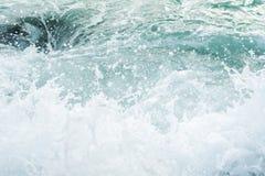 Krachtige golven die van het overzees die, tegen de rotsachtige kust breken schuimen geweven overzees Athene, Griekenland royalty-vrije stock foto