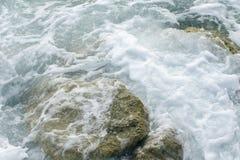 Krachtige golven die van het overzees die, tegen de rotsachtige kust breken schuimen geweven overzees Athene, Griekenland stock foto