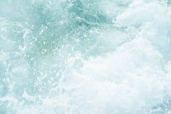 Krachtige golven die van het overzees die, tegen de rotsachtige kust breken schuimen geweven overzees Athene, Griekenland royalty-vrije stock afbeeldingen