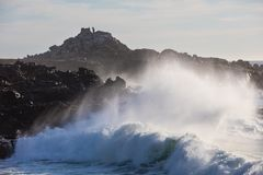 Krachtige Golvenneerstorting op de Kust van Californië royalty-vrije stock foto