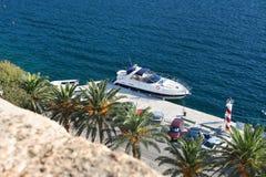 Krachtige hoge snelheidsboot bij de pijler op de achtergrond van bomen Royalty-vrije Stock Foto