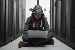 Krachtige mannelijke hakker die computerbeveiliging ontwrichten royalty-vrije stock afbeeldingen