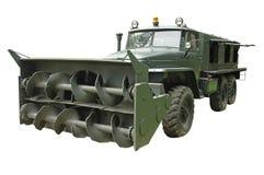 Krachtige militaire vrachtwagen met sneeuwploeg royalty-vrije stock fotografie