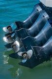 4 krachtige propellermotoren op de schil van een boot stock foto