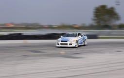 Krachtige raceauto die bij hoge snelheid afdrijven Stock Afbeeldingen