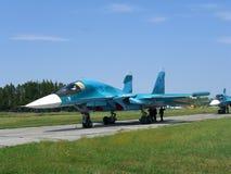 Krachtige Russische militaire vechter op de baan van het vliegveld stock afbeeldingen