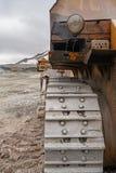 Krachtige steengroevebulldozer en gigat stortplaatsvrachtwagen die in de apatite mijn in het gebied van Moermansk werken royalty-vrije stock afbeeldingen