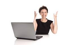 Krachtige succesvolle jonge bedrijfsvrouw met weg computer in Royalty-vrije Stock Fotografie