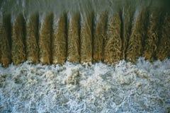 Krachtige waterstroom op de kunstmatige dam dichtbij de hydro-elektrische installatie stock foto