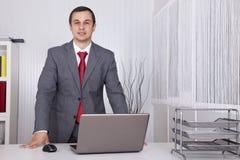 Krachtige zakenman op het kantoor Royalty-vrije Stock Foto's