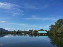 Krachung 's vissen met blauwe hemel Royalty-vrije Stock Foto's