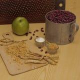 Kraciasty horseradish i fasole na stole obraz stock
