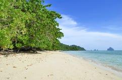 Kradan wyspy plaża z wysepkami w tle Obrazy Stock