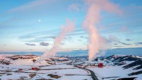 Krafla-Geothermiekraftwerke in Island während der blauen Stunde und des Vollmonds stockfotos