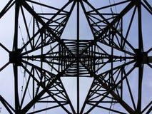 Kraftübertragungkontrollturm - Ansicht von unterhalb Stockfotos