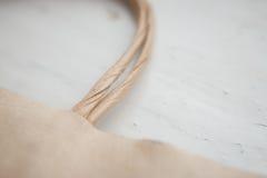Kraft en packe av handtag på vit bakgrund, slut, detalj royaltyfri fotografi