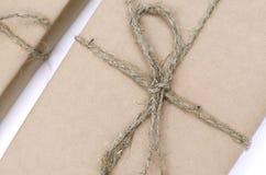 Kraft gåvaaskar är på en vit bakgrund arkivbilder