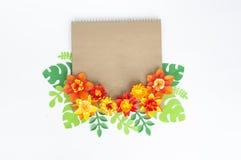 Kraft kuvert med blom- av den pappers- prydnaden Lägenhet bästa sikt arkivfoton