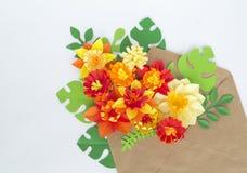 Kraft kuvert med blom- av den pappers- prydnaden Lägenhet bästa sikt royaltyfria foton