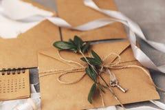 Kraft kuvert med den olivgröna filialen arkivfoton