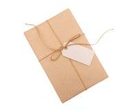 Kraft papieru prezenta pudełko z etykietką na białym tle Obraz Stock