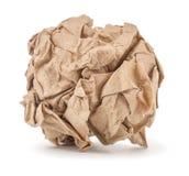 Kraft papper skrynkligt in i en boll arkivfoton