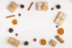 Kraft pappers- gåvor och kryddor på en vit tabell Den original- dekoren för jul Den härliga orienteringen, bästa sikt, lägger, ko royaltyfri foto